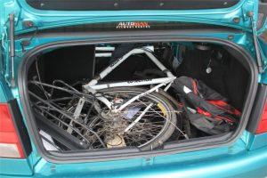transporte de bicis en el maletero
