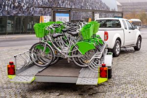 Bicis transportadas por un transportista