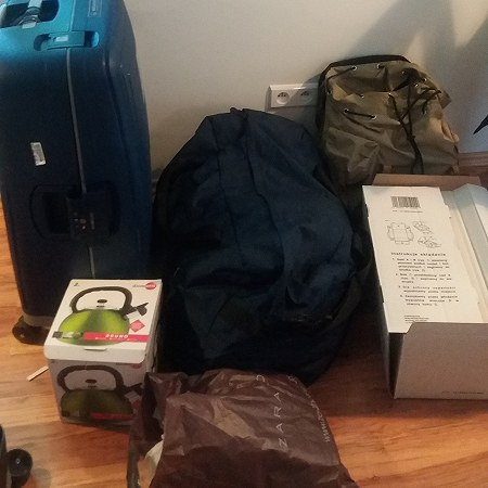Mainly lugggage, but it includes a few glasses/cups and stoneware, plus a sewingmachine